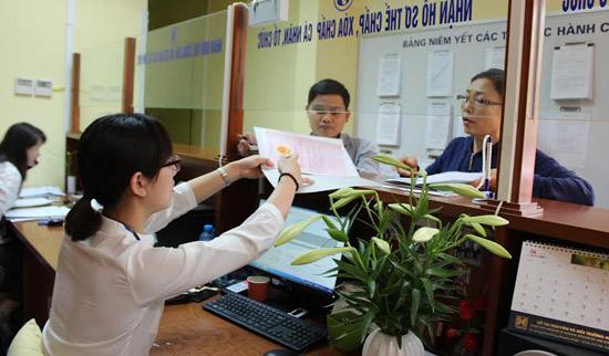 Người dân được hướng dẫn làm sổ đỏ tại Văn phòng Đăng ký đất đai Hà Nội